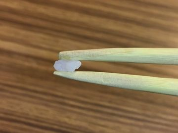 箸で米粒をつまむ