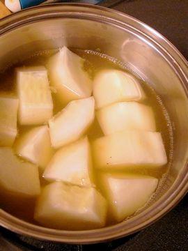 モーウィをリンゴジュースで煮る