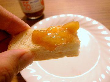 桃ジャムをパンに付けていただく