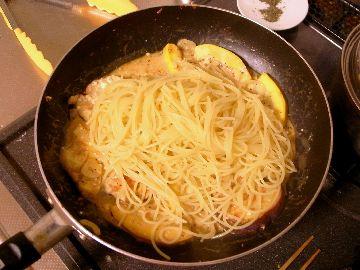フライパンにスパゲティを入れる