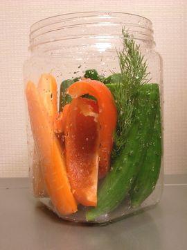 野菜を容器に詰める