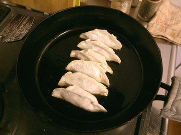 餃子を焼き始める