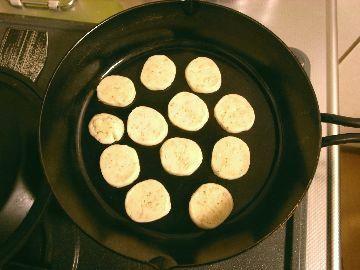 スキレットにクッキーを並べる