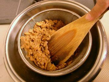 八丁味噌をザルで濾す