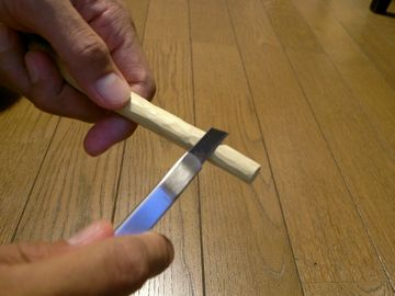 細いナイフで削る