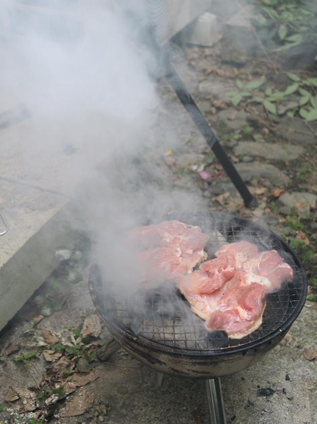 鶏もも肉を炭火で焼いたら煙が出てきた