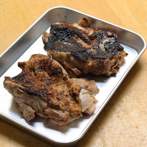 炭火で焼いたばかりの鶏もも肉