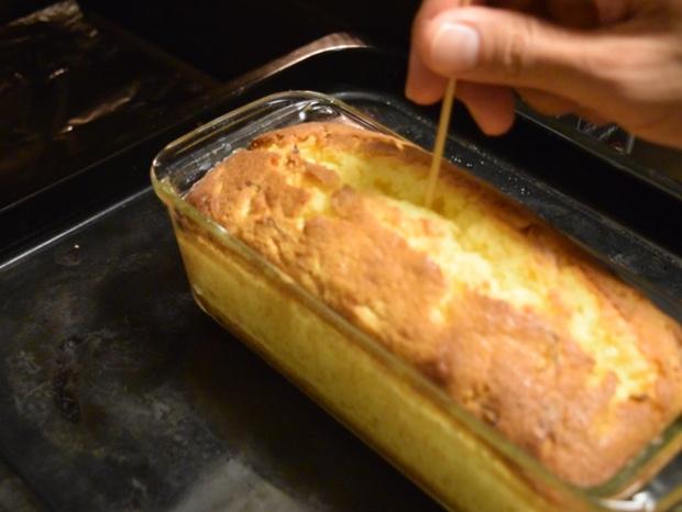 パウンドケーキが焼けたか竹串を刺して確かめる