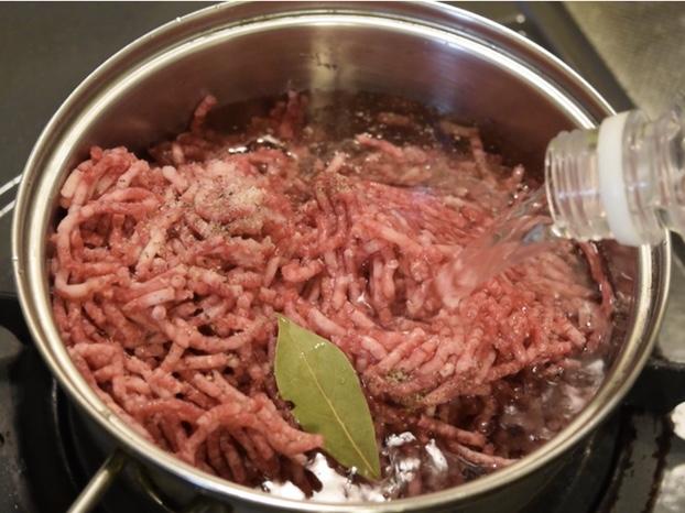 鍋に牛ミンチコンビーフの材料を入れる