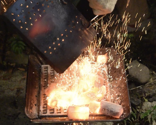 焼けた炭をぶちまける