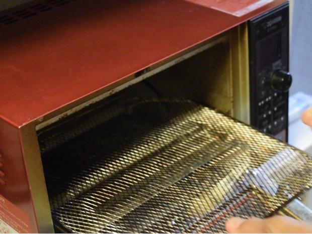 オーブントースターから焼き網を取り外す
