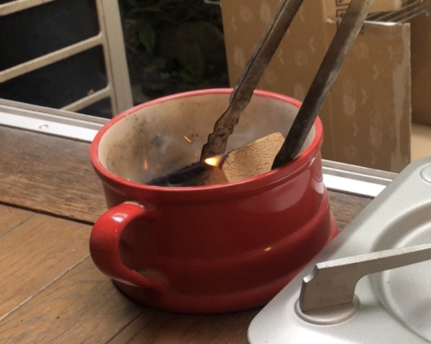 燃えたスモークウッドを皿に入れる