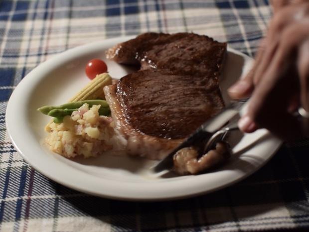 ステーキをナイフで切る