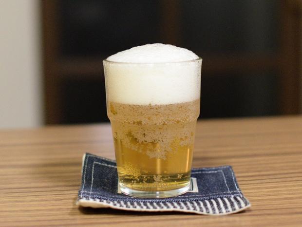 タンブラーグラスにビールを注ぐ