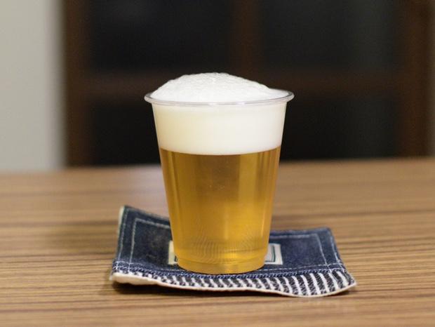 プラカップにビールを注ぐ