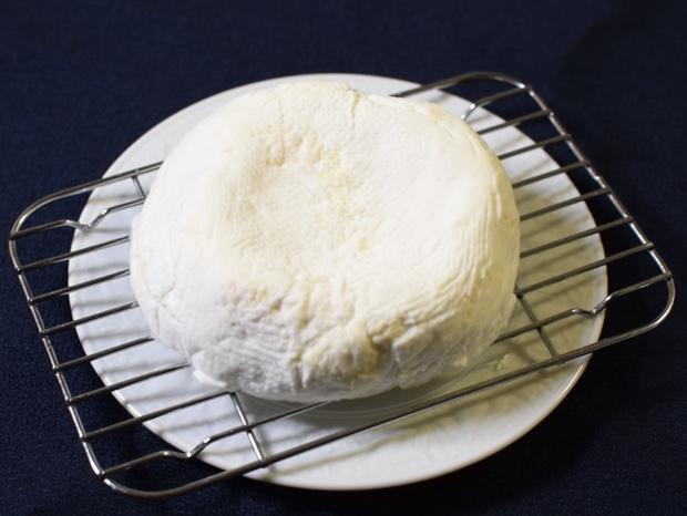 チーズを網の上にのせる