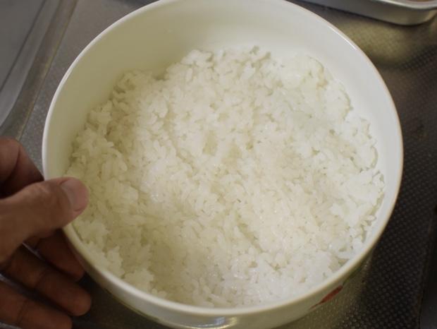 適当な容器にご飯を薄く敷き詰める