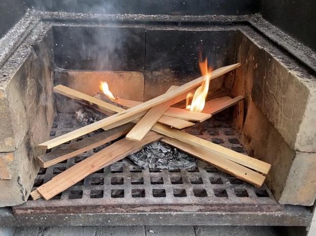 薪を燃やし始める