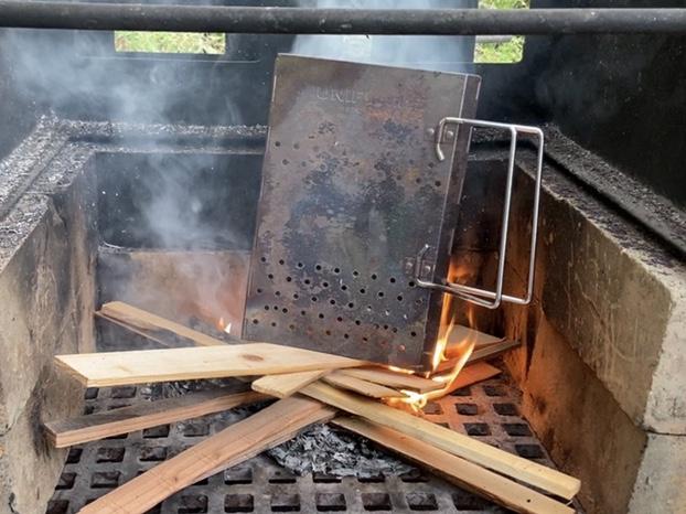 焚き火の上にチャコスタを置く