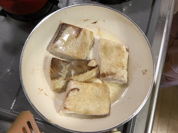 白身魚をフライパンで焼く