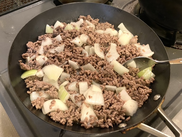 ひき肉を炒め玉ねぎを入れる