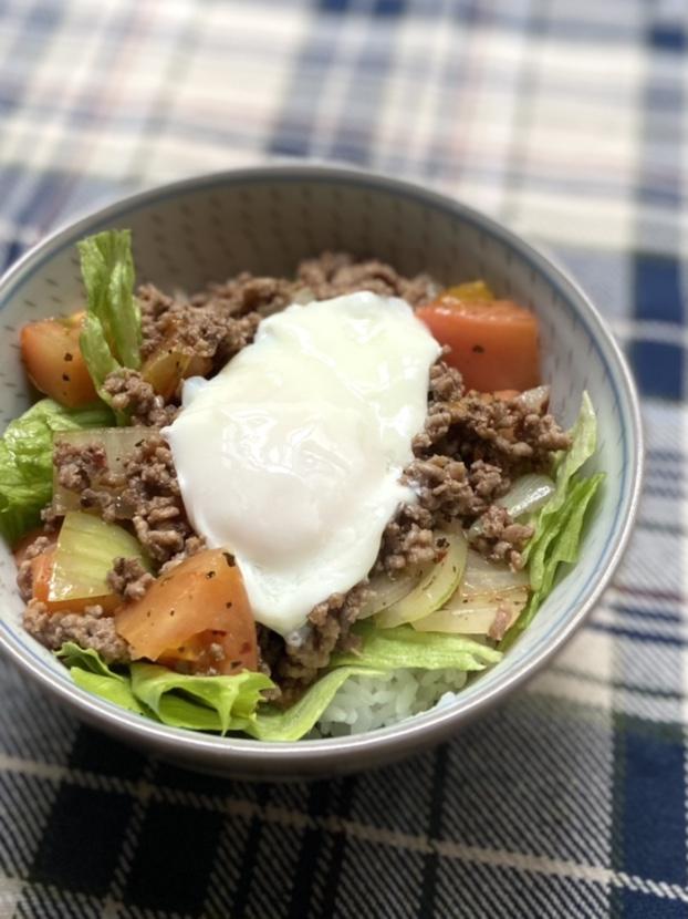 挽き肉のトマトバジル炒め温玉乗せ