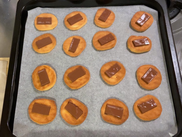 溶けたチョコレートが乗ったクッキー