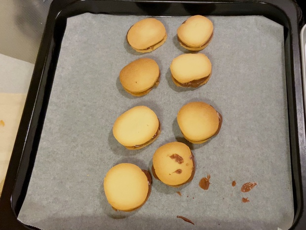 チョコとキャラメルをサンドしたばかりのクッキー