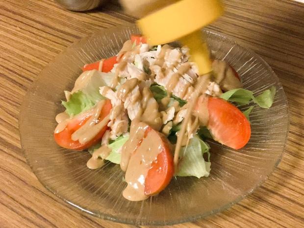手作りゴマドレッシングをサラダにかける