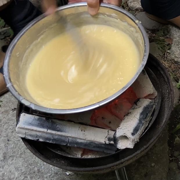 バームクーヘンの生地を温めて脂を溶かす