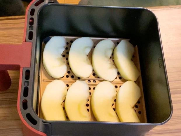 レコルトエアーオーブンの内網にりんごを並べる