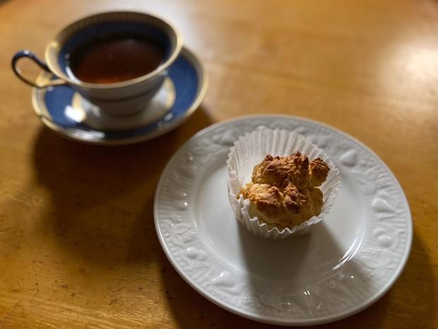 カップケーキと紅茶を一緒にいただく
