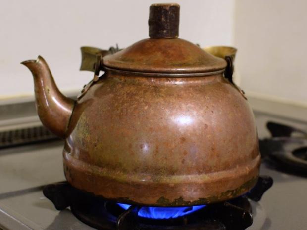 やかんでお湯を沸かす