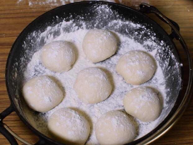 ダッチオーブンにパン生地を丸めて並べる