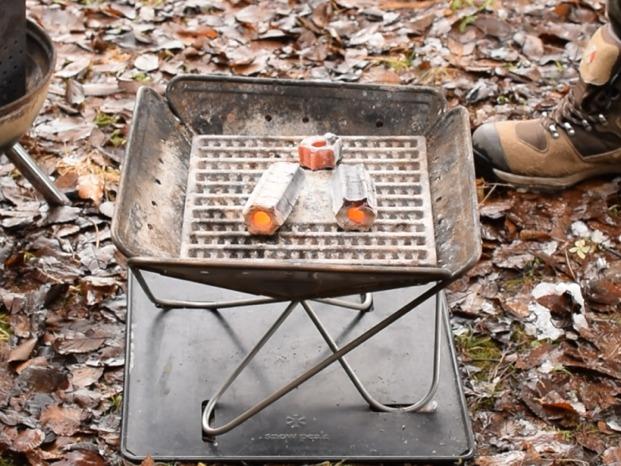 焚火台に炭床を置き、焼けた炭を3個ほど乗せる