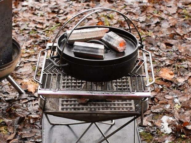 ダッチオーブンの上に炭を3個置く