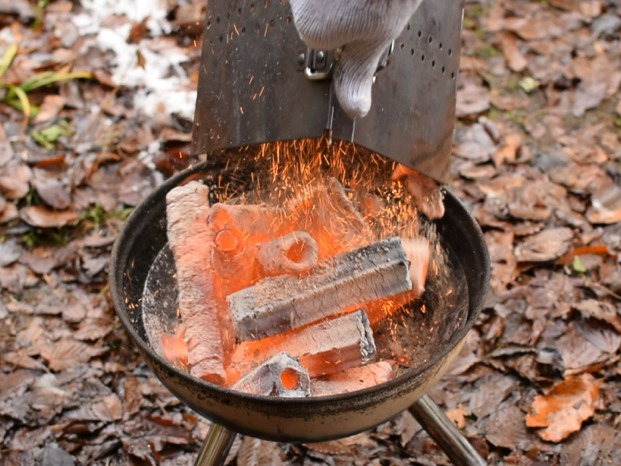 バーベキューコンロに焼けた炭をぶちまける