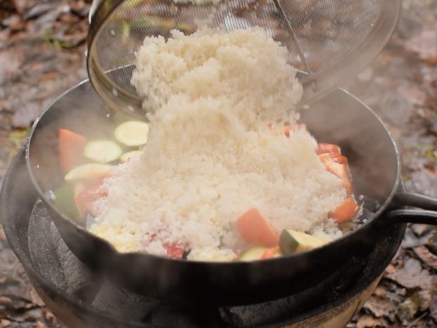 洗ったお米を入れる