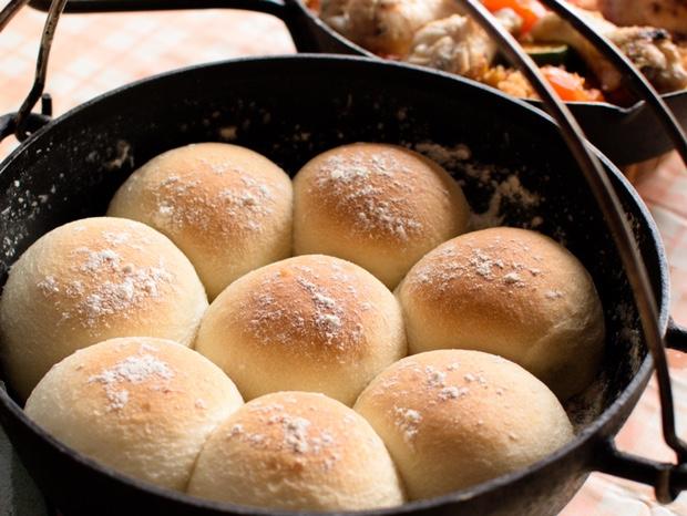 ダッチオーブンで焼いた炭火焼ちぎりパン