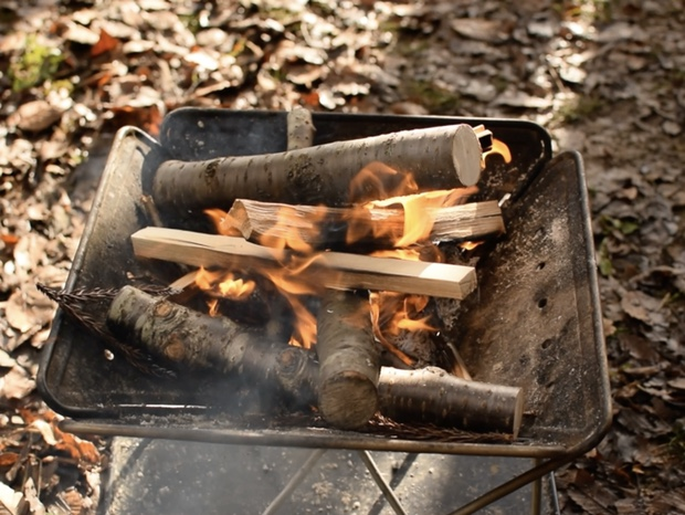 焚き火の薪を追加して燃やす