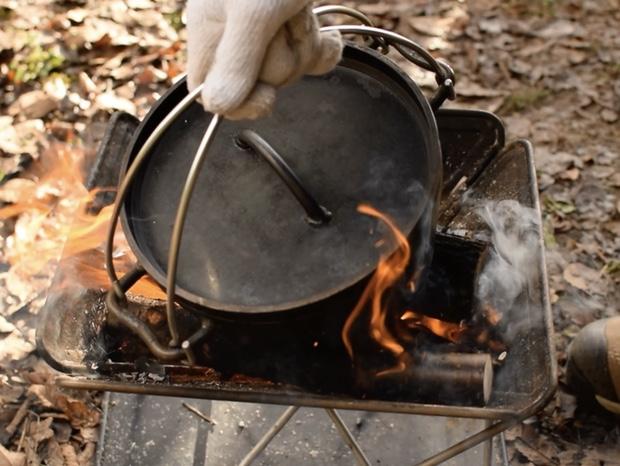 焚き火でダッチオーブンを温める