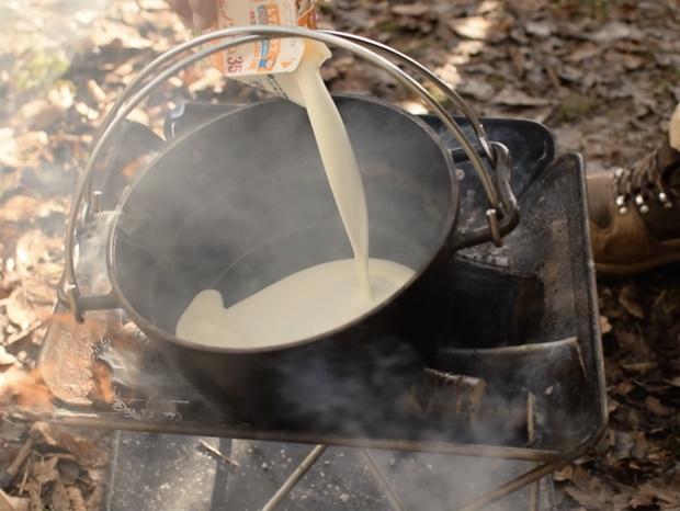 ダッチオーブンに生クリームを入れて温める