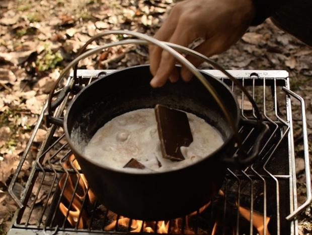 生クリームが沸騰してきたのでチョコレートを溶かし始める