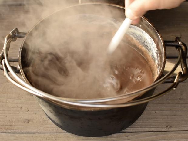 ダッチオーブンのチョコレートを混ぜる