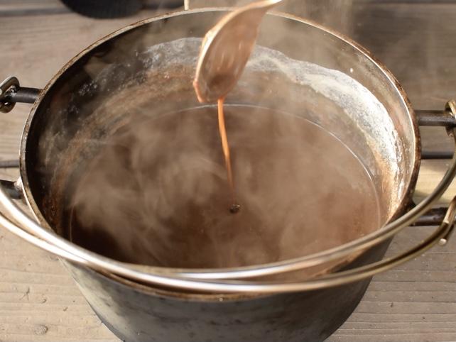 ダッチオーブンで溶けたチョコレート
