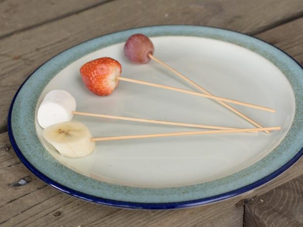 チョコレートフォンデュ用のフルーツとマッシュルーム
