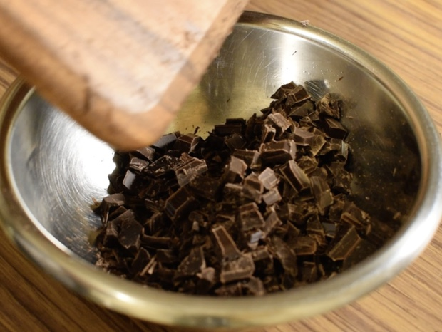 刻んだチョコレートをボウルに入れる