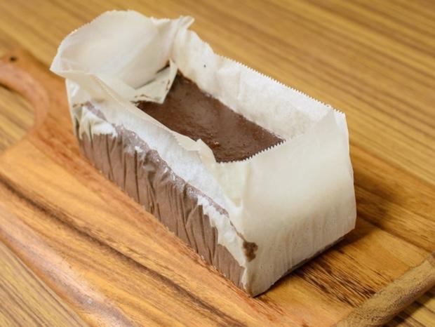 型から外したチョコレートケーキ