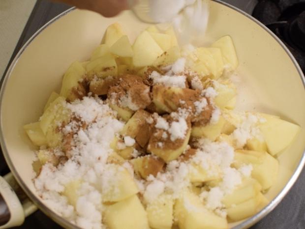 りんごと砂糖シナモンを入れる