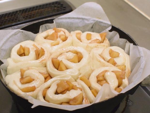 2次発酵が完了したアップルシナモンロールパン